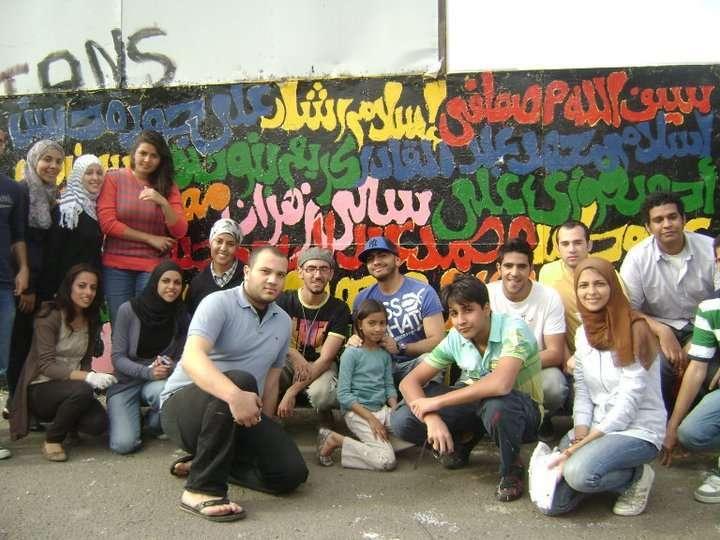 صور تامر حسني يكتب اسم شهداء التحرير على الجدار iqpic8af9ab7e73.jpg